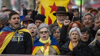 Ayrılıkçı Katalanlar Barselona'da, İspanya'nın birliğini savunanlar ise Madrid'de gösteri yaptı