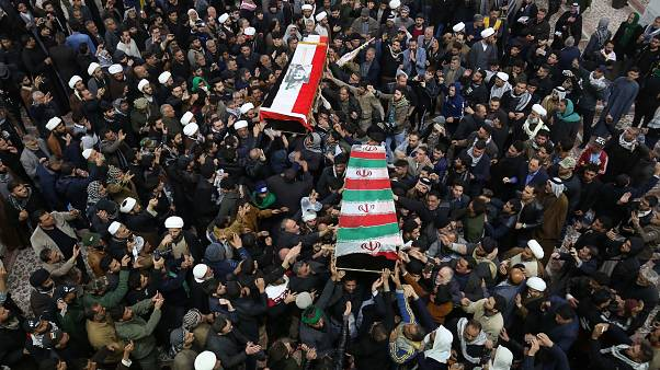 مشيعون يحملون نعشي الجنرال قاسم سليماني وأبو مهدي المهندس في ضريح الإمام علي في النجف، 4 يناير 2020.