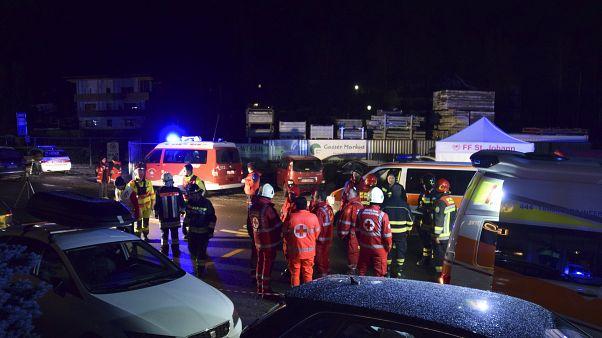 İtalya'da bir otomobil otobüse binmek üzere olan turistlere çarptı