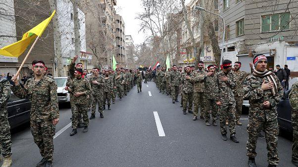 عناصر في ميليشيا الباسيج الإيرانية في حداد خلال مظاهرة ضد الغارة الجوية الأمريكية في العراق التي قتلت الجنرال  قاسم سليماني، طهران  4 يناير  2020.
