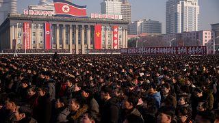 """وقف عشرات الآلاف من المواطنين في العاصمة بيونغ يانغ """"لتجديد البيعة"""" للقيادة الكورية الشمالية"""
