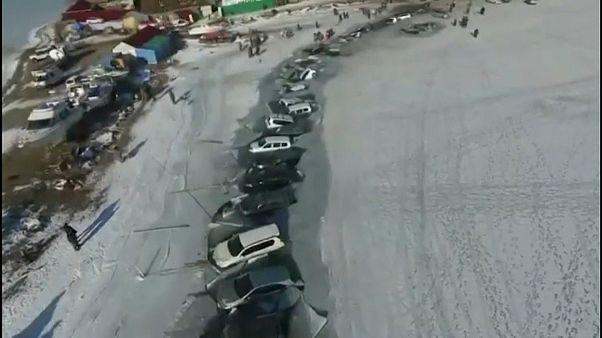 Russia: i pescatori parcheggiano sul ghiaccio, sprofondano 30 automobili