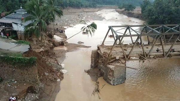 Наводнение в Индонезии: мосты разрушены, дороги размыты
