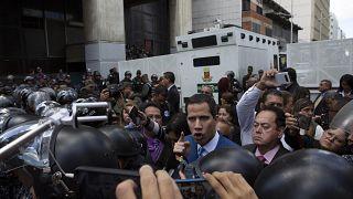 El presidente de la Asamblea Nacional, Juan Guaido, discute con la policía mientras él y otros legisladores son detenidos a pocas cuadras de la Asamblea