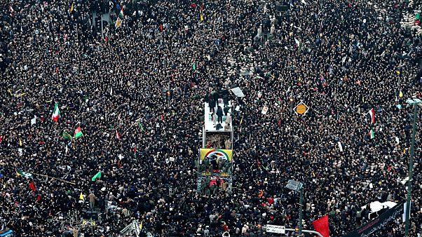 Százezrek kísérték Iránban Szulejmáni koporsóját