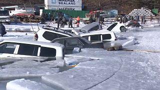 30 coches se hunden al romperse el hielo en Rusia