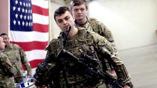 جندي أميركي بانتظار نقله من الولايات المتحدة إلى الشرق الأوسط يوم أمس