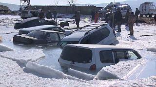 Ρωσία: Αυτοκίνητα βυθίστηκαν στα παγωμένα νερά
