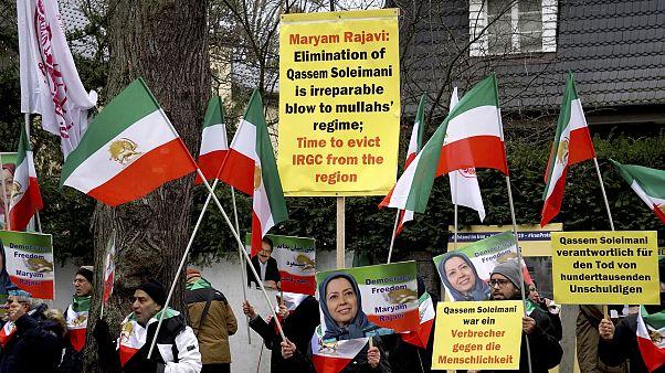 من مظاهرة قام بها إيرانيون منفيون إلى ألمانيا أمام مقر السفارة الإيرانية في الثالث من كانون الثاني/يناير
