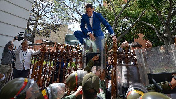 Juan Guaidó escala una valla para intentar entrar en el Parlamento