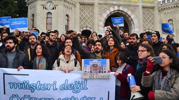 İstanbul Üniversitesi yemekhanelerinde yapılan düzenlemeleri protesto eden öğrenciler