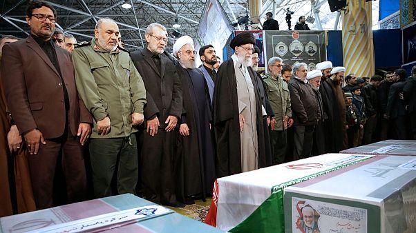 نماز خواندن علی خامنهای بر پیکر قاسم سلیمانی