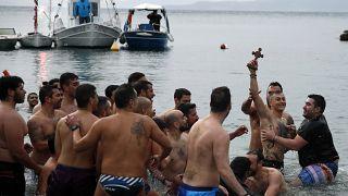 H τελετή αγιασμού των υδάτων στον Πειραιά