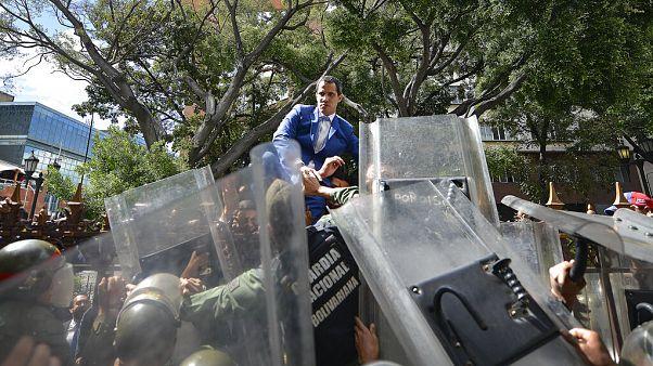 A kerítésen átmászva próbált bejutni a parlamentbe a venezuelai házelnök, az ellenzék vezetője