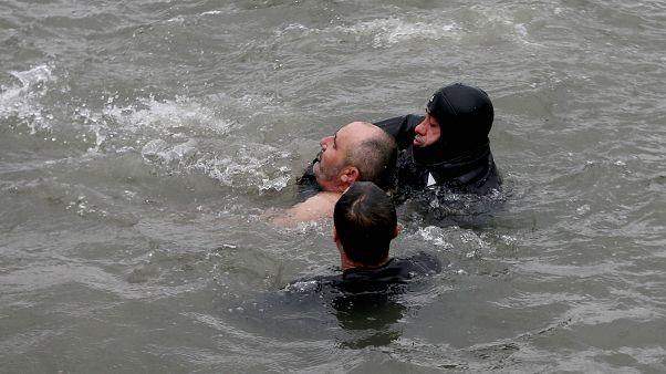 BINTEO-Κωνσταντινούπολη: Χωρίς τις αισθήσεις του άνδρας που βούτηξε για τον Σταυρό