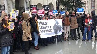 İstanbul Üniversitesi öğrencileri hayatına son veren arkadaşları Sibel Ünli'yi andı