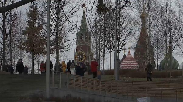 مشهد لمترجلين غير بعيدين عن الساحة الحمراء في موسكو.