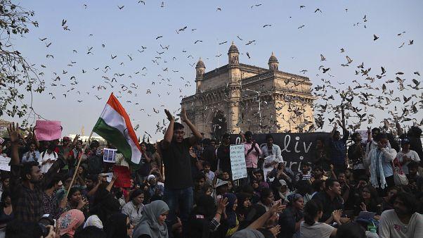 احتجاجات في مختلف أنحاء الهند بعد هجوم شنه ملثمون على جامعة في نيودلهي