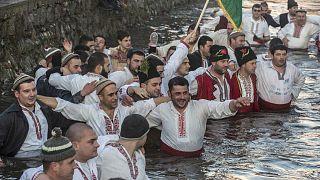 Danse traditionnelle dans les eaux de la rivière Tundzha à Kalofer en Bulgarie à occasion de la célébration de l'Épiphanie, le 6 janvier 2020