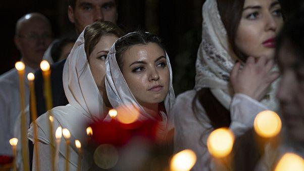 Прихожанки храма Христа Спасителя на вечернем богослужении