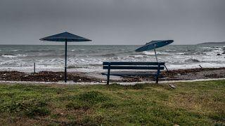Παραλία στην Νέα Αρτάκη Ευβοίας, όπου η κακοκαιρία «Ηφαιστίων» έχει φέρει δυνατούς ανέμους και κύμα
