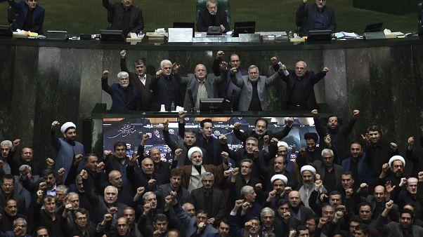 شعار دادن نمایندگان مجلس ایران پس از کشته شدن قاسم سلیمانی