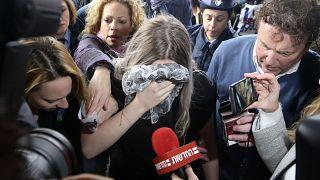La joven británica de 19 años evita las cámaras cubriéndose el rostro