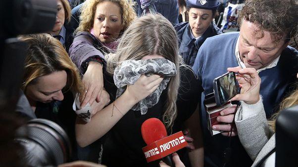 المراهقة البريطانية أثناء دخولها قاعة المحكمة اليوم