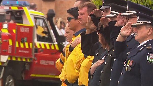 Ausztrália: elhunyt tűzoltó előtt tisztelegtek