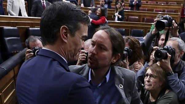 Pedro Sanchez (PSOE) e Pablo Iglesias (UP) no Parlamento espanhol