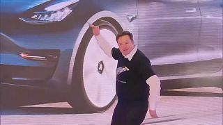 Илон Маск танцует на презентации электромобилей на заводе Tesla в Шанхае