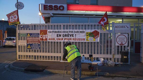 Un travailleur en grève devant la raffinerie de Fos-sur-Mer le 07 janvier