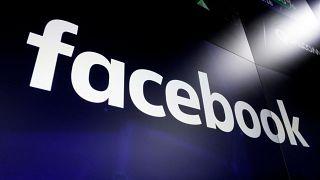 شعار فيسبوك على موقع سوق نازداك في نيويورك.
