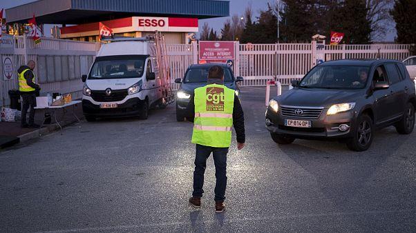 Fransa'da benzin istasyonu önünde grev yapan bir çalışan