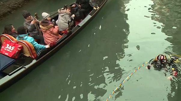 Venedig-Urlauber staunen: Gondoliere tauchen ab