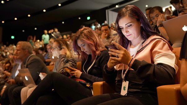 'Veri gizliliği savaşı' alevleniyor mu? : FBI, Apple'dan iki iPhone'un kilidini açmasını istedi