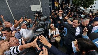 Juan Guaidó saluda a sus seguidores tras salir del Parlamento