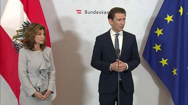 """""""Na, du Küken?"""" Österreich lacht über Untertitel-Panne bei Vereidigung"""