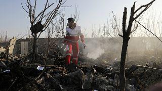 Elementos das equipas de resgate verifica destroços do acidente no Irão