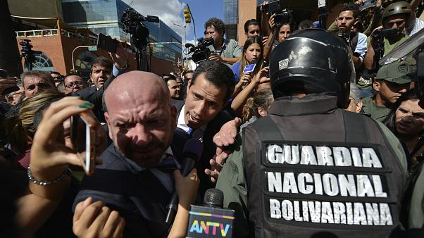 L'appel de Juan Guaido aux Vénézuéliens : l'opposant a réussi à forcer le passage au parlement
