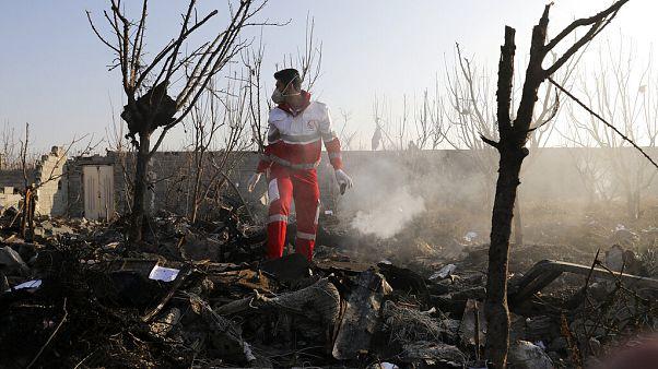 Túélők után kutatnak a lezuhant ukrán gép roncsai között. A balesetet a jelentések szerint senki sem élte túl