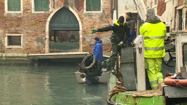 Los gondoleros se convierten en buzos por un día para limpiar de basura los canales de Venezia