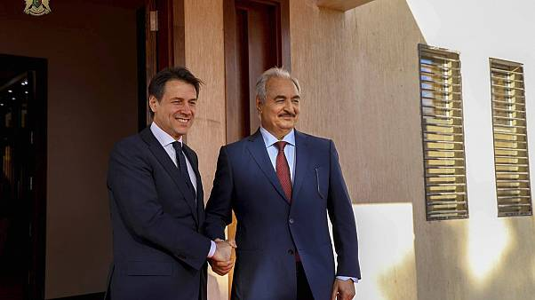 Giuseppe Conte e Khalifa Haftar a Bengasi in una foto del 23 dicembre 2018
