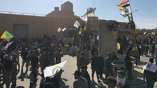 ABD'nin Bağdat Büyükelçiliği önünde toplanan Irak'taki Şii milis gücü Haşdi Şabi taraftarları elçiliğe girmeye çalışırken