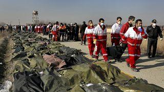 Equipos de rescate recuperan los cuerpos tras la tragedia aérea en Teherán