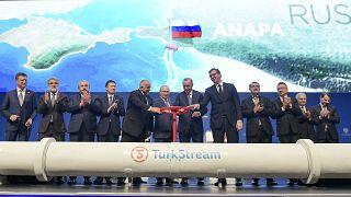 """Los presidentes Putin (Rusia), Erdogan (Turquía) Vucic (Serbia) Borisov (Bulgaria) """"abren el grifo"""" del gasoducto."""