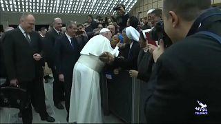 "Papa Francis bir rahibenin öpücük talebini ""ısırmaması"" şartıyla kabul etti"