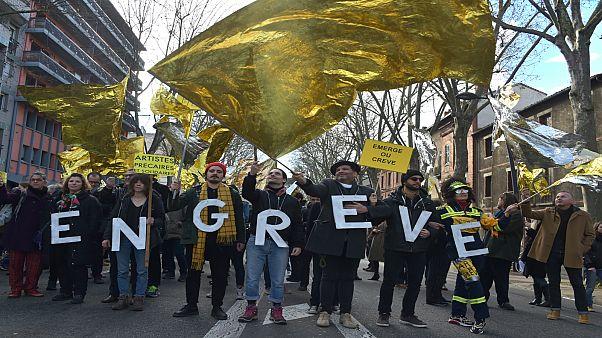 Fransa'da grevlerin 36'ncı gününe protestolar devam ediyor, büyük kentlerde hayat felç oldu