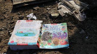 Uçaktaki yolculara ait bazı eşyalar çevreye dağıldı