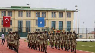 Türkiye'nin yurt dışındaki en büyük askeri eğitim merkezi olan Somali Türk Görev Kuvvet Komutanlığında  Somalili subaylar eğitimini tamamladı
